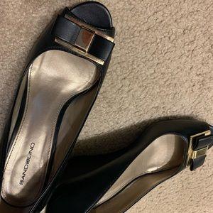 Bandolino open toed black and gold wedge sz 8